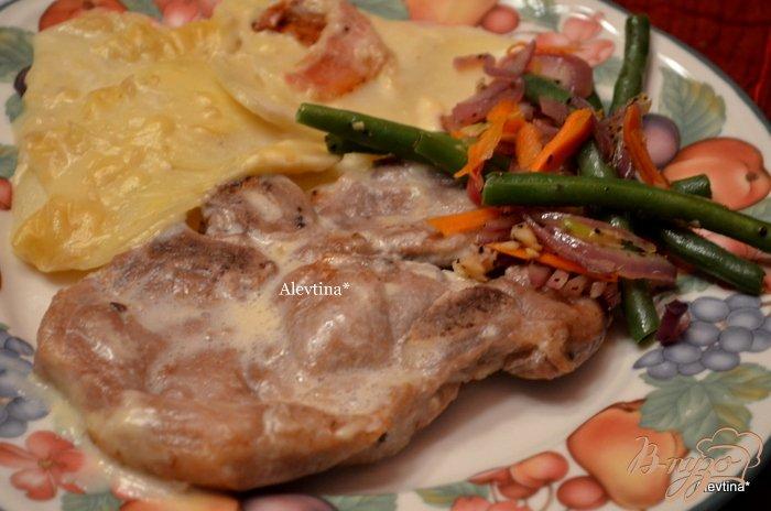 Фото приготовление рецепта: Тушеные свиные отбивные с картофелем шаг №3