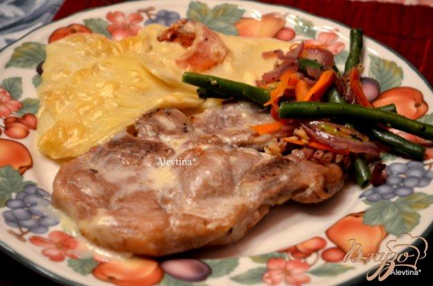фото рецепта: Тушеные свиные отбивные с картофелем