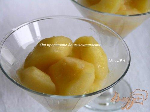 Теплый яблочный десерт с вишневым конфитюром