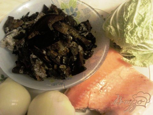 Пирог из семги и грибов