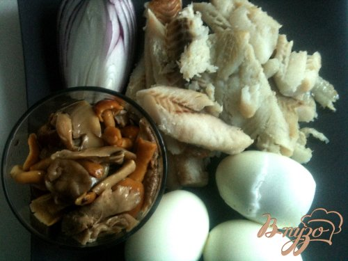 Салат с отварной рыбой и грибами