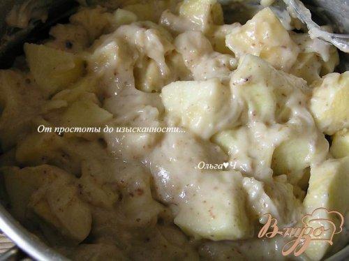 Яблочная шарлотка с грецкими орехами