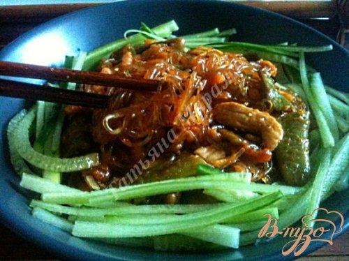 Салат с куриным мясом и рисовой лапшой