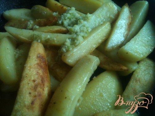 Чесночно-сливочные картофельные дольки с лаймом