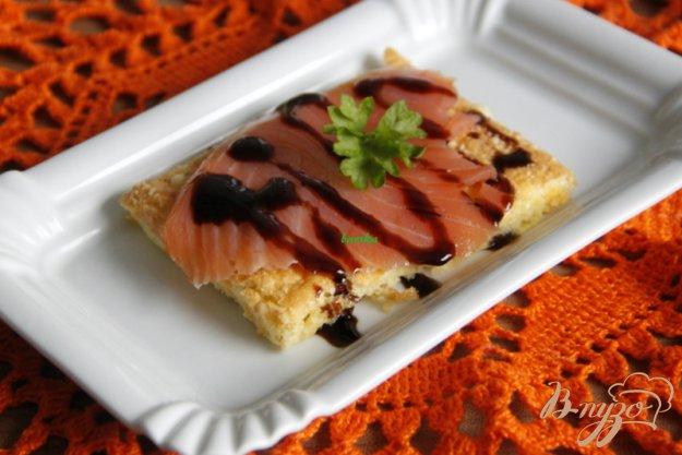 фото рецепта: Сырная лепёшка со слабосолёным  лососем