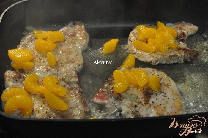 Фото приготовление рецепта: Свиные отбивные с мандаринами шаг №2
