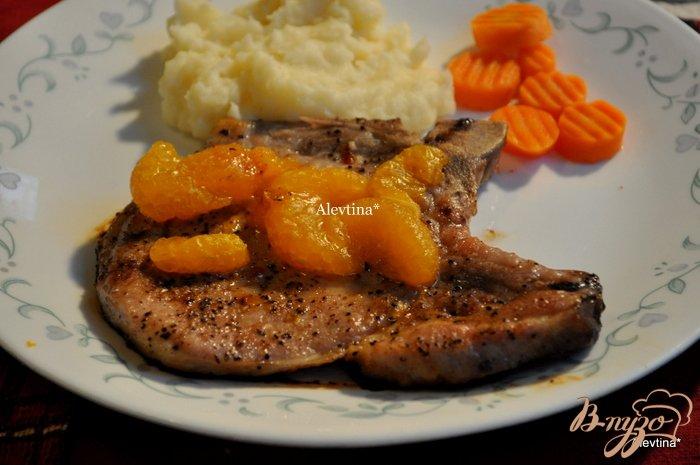 Фото приготовление рецепта: Свиные отбивные с мандаринами шаг №3