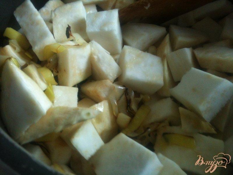 Фото приготовление рецепта: Суп-пюре из корневого сельдерея с сыром шаг №2