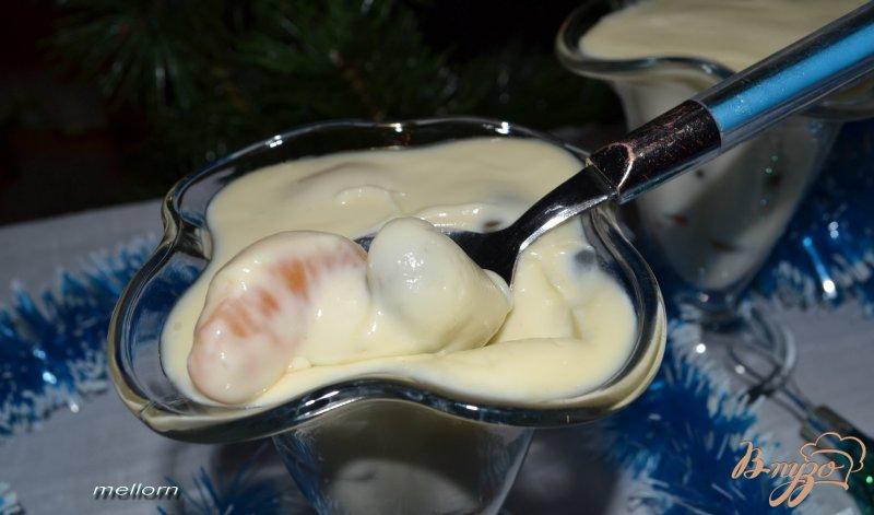 Фото приготовление рецепта: Десерт из белого шоколада с мандаринами и виноградом шаг №5