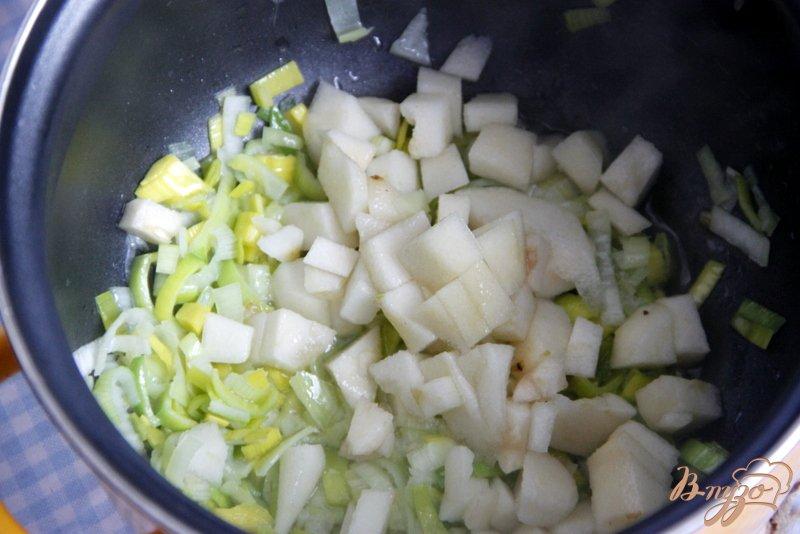 Фото приготовление рецепта: Куриный суп из брокколи, с грушей шаг №2