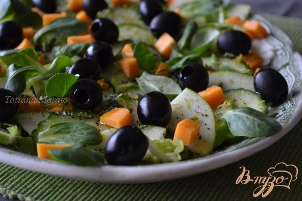 Рецепт Салат с огурцом, яблоком и маслинами