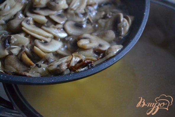Фото приготовление рецепта: Грибной суп с фрикадельками из мяса и гороха нут шаг №6