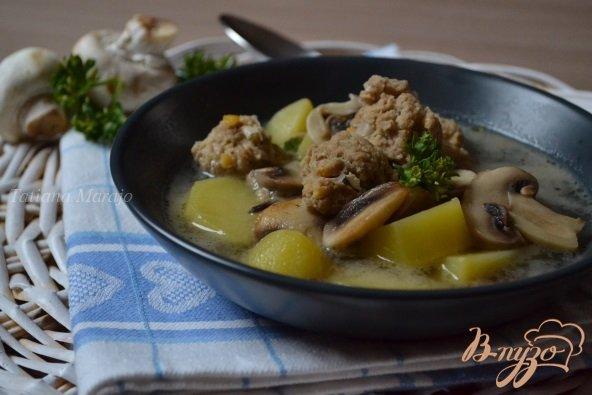 фото рецепта: Грибной суп с фрикадельками из мяса и гороха нут