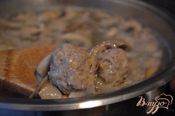 Фото приготовление рецепта: Грибной суп с фрикадельками из мяса и гороха нут шаг №7