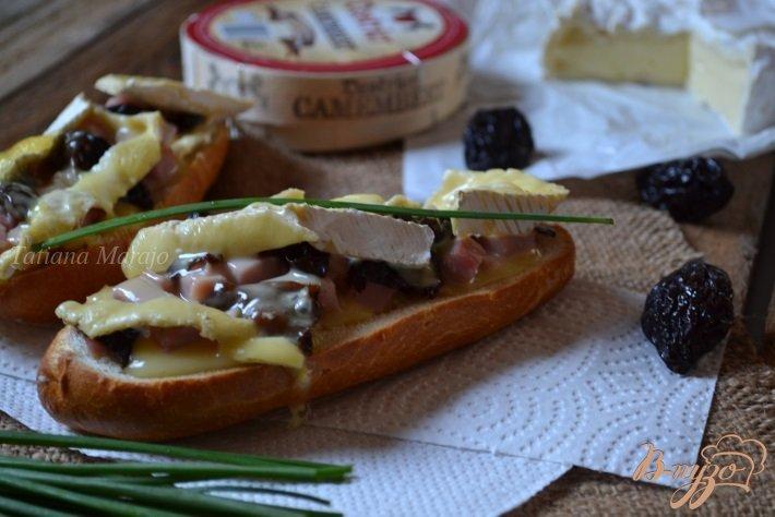Фото приготовление рецепта: Горячий бутерброд с ветчиной, черносливом и сыром шаг №4