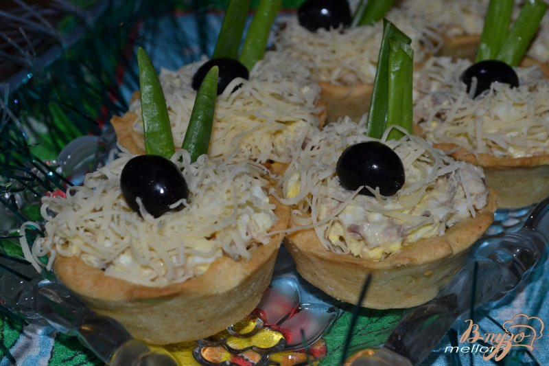 Фото приготовление рецепта: Тарталетки с рыбным салатом шаг №3