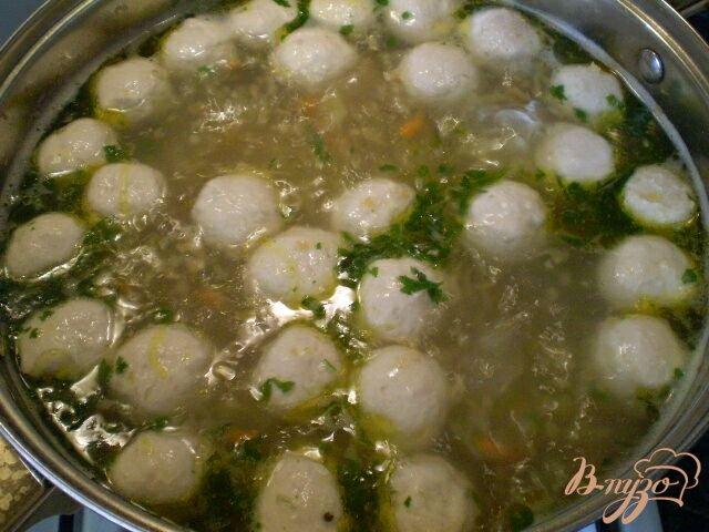 Фото приготовление рецепта: Пшеничный суп с фрикадельками шаг №5