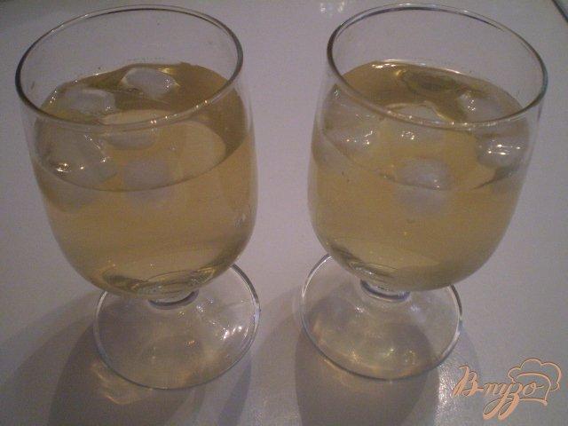 Фото приготовление рецепта: Коктейль из вермута и зеленого чая шаг №3