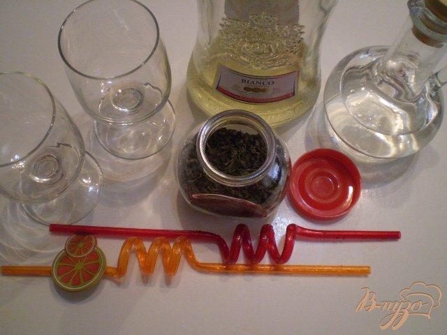 Фото приготовление рецепта: Коктейль из вермута и зеленого чая шаг №1