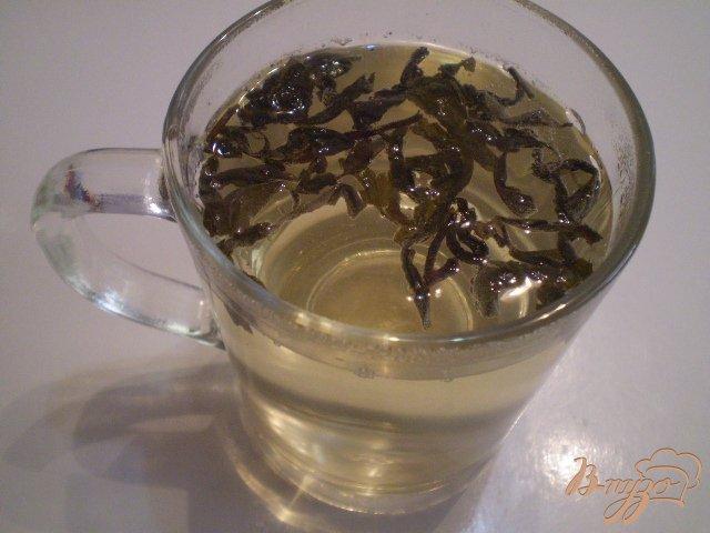 Фото приготовление рецепта: Коктейль из вермута и зеленого чая шаг №2