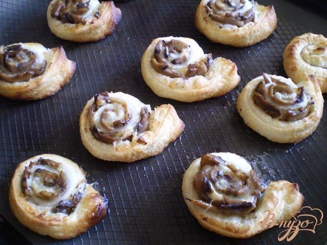 Фото приготовление рецепта: Грибные мини-пиццы шаг №7