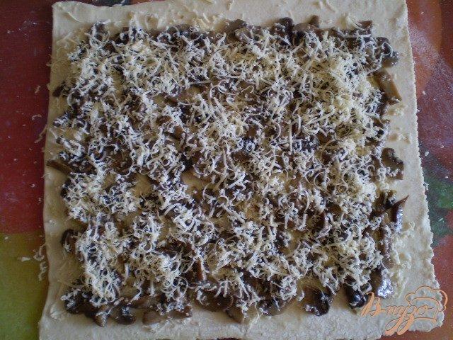 Фото приготовление рецепта: Грибные мини-пиццы шаг №4