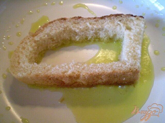 Фото приготовление рецепта: Яйцо в хлебе под сыром шаг №3