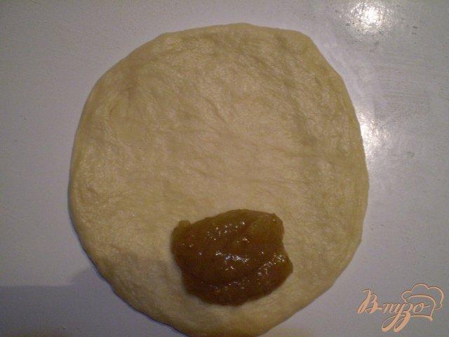 Фото приготовление рецепта: Булочки с джемом шаг №7