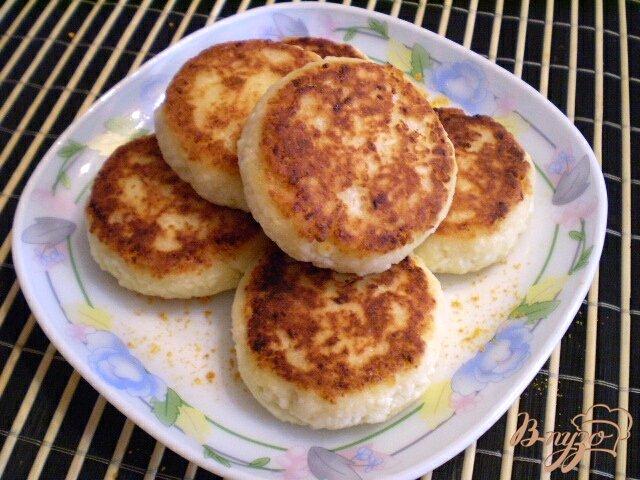 Фото приготовление рецепта: Творожники с апельсиновой цедрой шаг №6