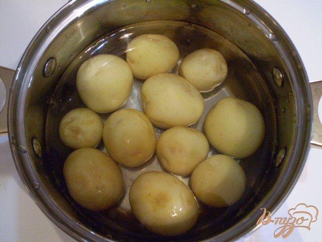Фото приготовление рецепта: Отварной картофель с вешенкой и луком шаг №5