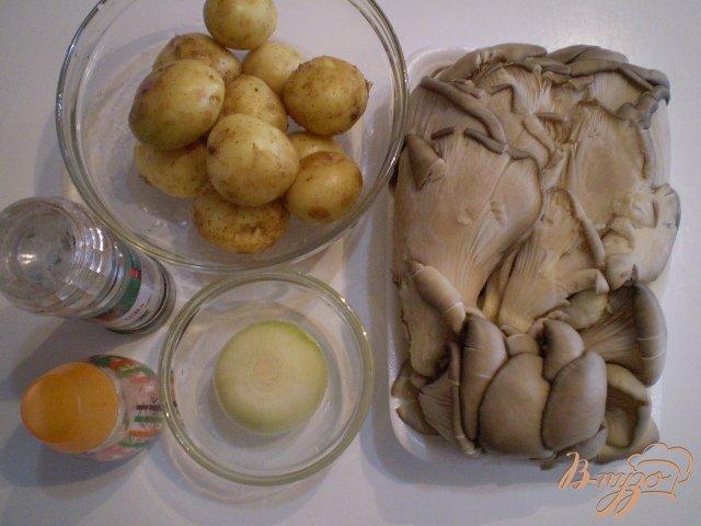Фото приготовление рецепта: Отварной картофель с вешенкой и луком шаг №1
