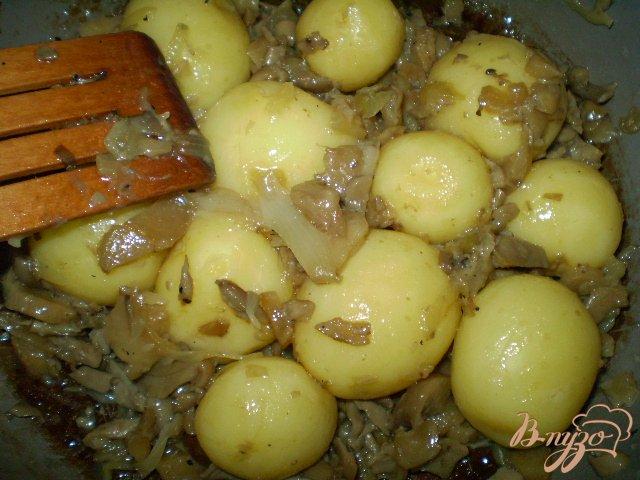 Фото приготовление рецепта: Отварной картофель с вешенкой и луком шаг №6