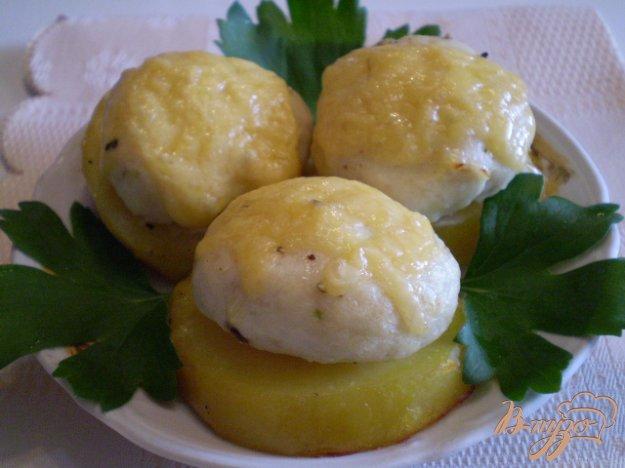 Рецепт Мясные шарики на картофеле под сыром