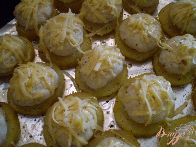 Фото приготовление рецепта: Мясные шарики на картофеле под сыром шаг №5