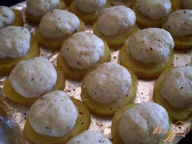 Фото приготовление рецепта: Мясные шарики на картофеле под сыром шаг №4