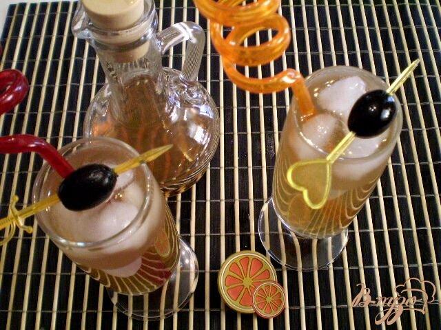 Фото приготовление рецепта: Коктейль из вермута, коньяка и сока шаг №5