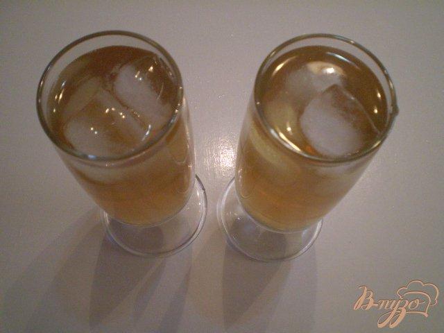 Фото приготовление рецепта: Коктейль из вермута, коньяка и сока шаг №4