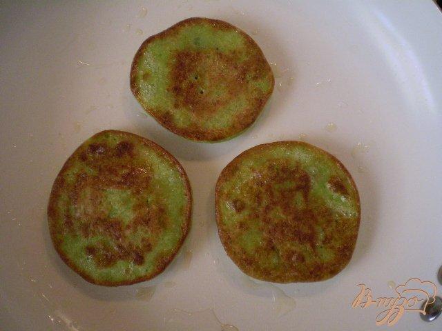 Фото приготовление рецепта: Оладьи из брокколи шаг №7