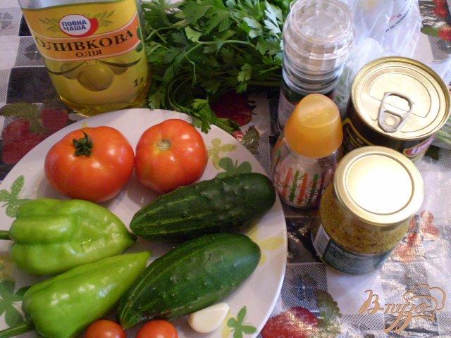 Фото приготовление рецепта: Овощной салат с чесноком и оливками шаг №1