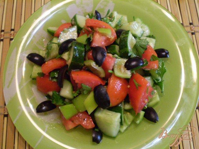 Фото приготовление рецепта: Овощной салат с чесноком и оливками шаг №4