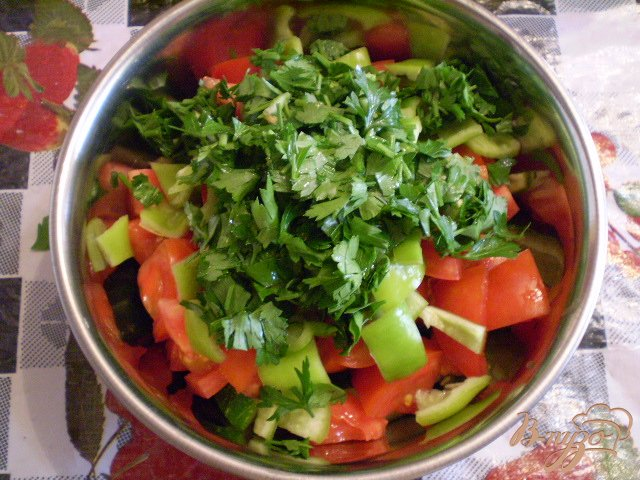 Фото приготовление рецепта: Овощной салат с чесноком и оливками шаг №2