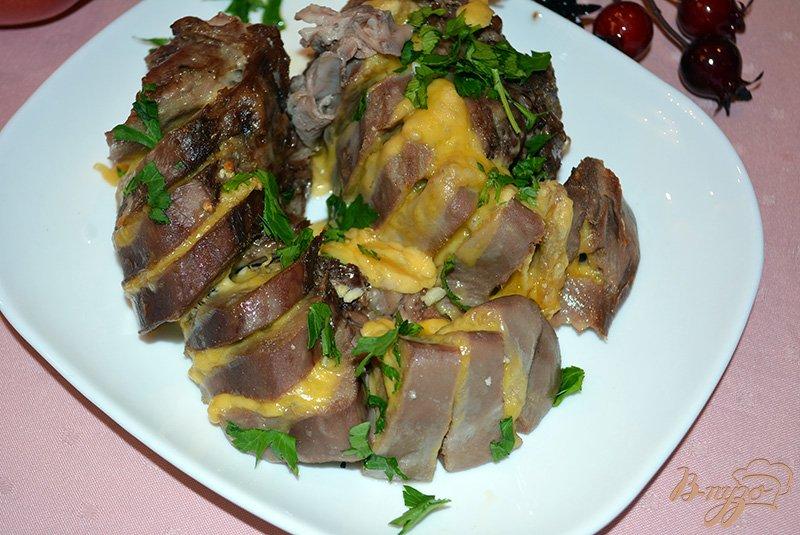 Фото приготовление рецепта: Язык свиной запеченый со специями, чесноком и сыром шаг №5