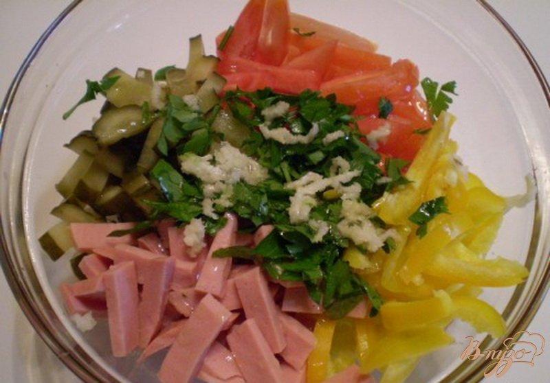 Фото приготовление рецепта: Салат овощной с колбасой молочной подкопченной шаг №3