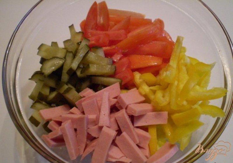 Фото приготовление рецепта: Салат овощной с колбасой молочной подкопченной шаг №2
