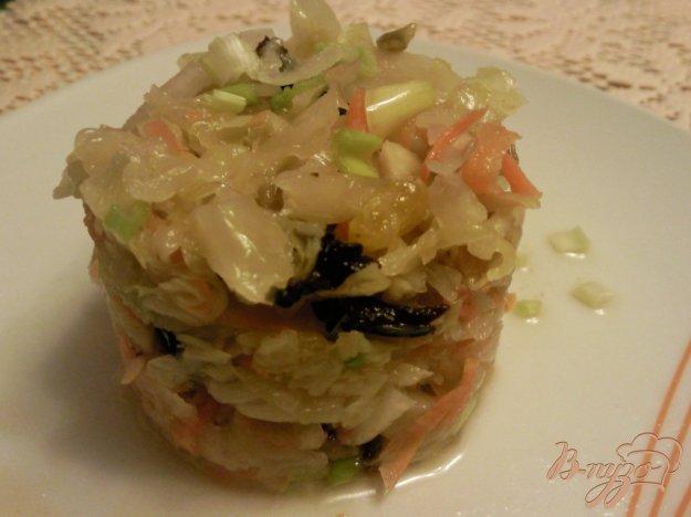 фото рецепта: Салат из квашенной капусты с черносливом