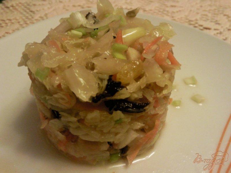 Фото приготовление рецепта: Салат из квашенной капусты с черносливом шаг №3