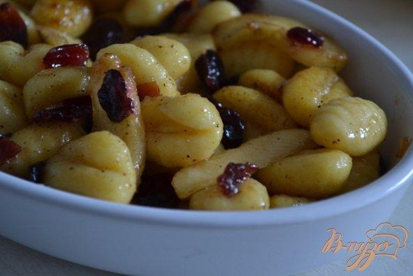 Фото приготовление рецепта: Ньокки с яблоками и клюквой шаг №3