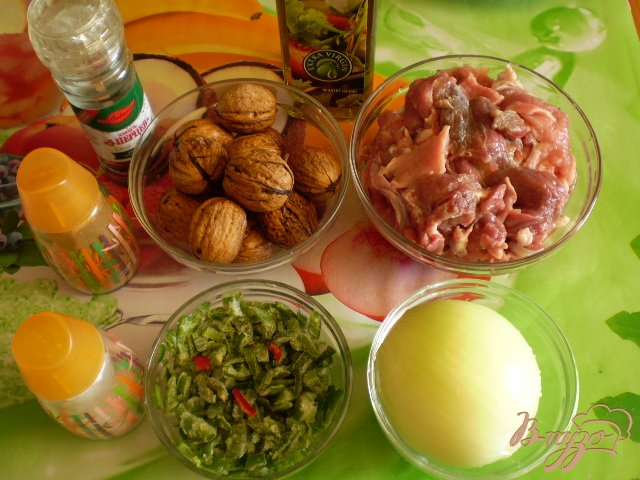 Фото приготовление рецепта: Мясо тушенное с грецкими орехами шаг №1