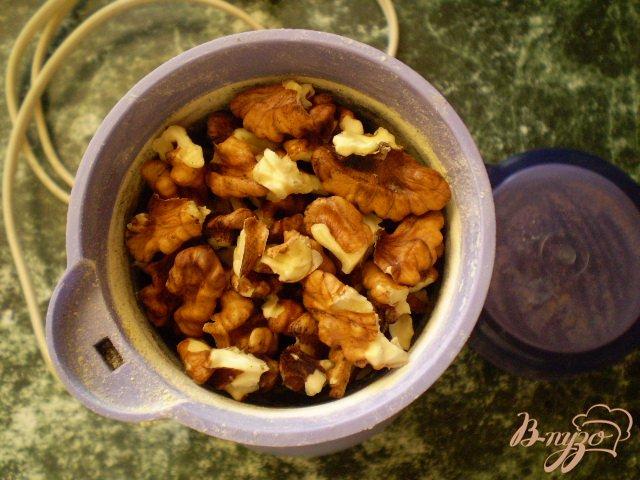Фото приготовление рецепта: Мясо тушенное с грецкими орехами шаг №4