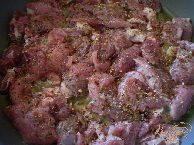 Фото приготовление рецепта: Мясо тушенное с грецкими орехами шаг №2